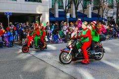 Elfes montant des scooters dans le défilé de vacances images libres de droits