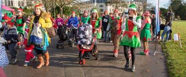 Elfi nella parata di Natale Immagini Stock Libere da Diritti