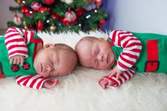 Elfo neonato dei fratelli di natale sveglio di sonno immagini stock libere da diritti