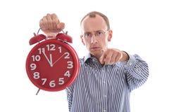 Elfte Stunde - betonter Mann, der auf die Kamera lokalisiert auf Whit zeigt Lizenzfreie Stockfotos