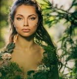 Elfvrouw in een bos stock foto