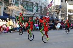 Elfy na Unicycles w paradzie zdjęcia royalty free