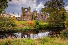 Elgin Cathedral über Fluss Lossie Lizenzfreie Stockbilder