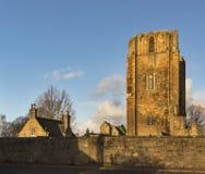 Elgin Cathedral i den December solen. arkivbilder