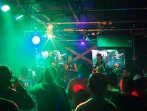 Eli Mac canta mientras que la banda atasca en etapa dentro en el café de BODA Foto de archivo