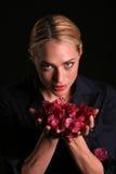 Eli retient des fleurs de bouganvillée de rose chaud photos libres de droits