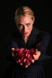 Eli sostiene las flores del Bougainvillea del color de rosa caliente Fotografía de archivo