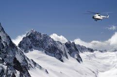Elicottero in alte montagne Fotografia Stock Libera da Diritti