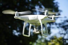Elicottero bianco del quadrato del fuco con il parco di estate Immagini Stock