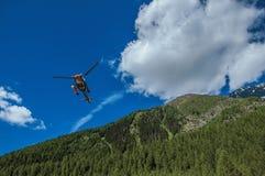 Elicottero che decolla in una foresta a Argentière Immagini Stock Libere da Diritti