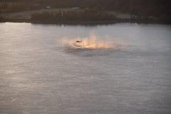 Elicottero che si libra sopra il fiume Columbia al tramonto immagini stock libere da diritti