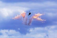 Elicottero che spara i chiarori fotografia stock