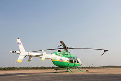 Elicottero che sta sulla pista di atterraggio in aerodromo Fotografia Stock Libera da Diritti
