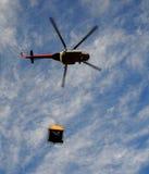 Elicottero con il caricamento Fotografia Stock Libera da Diritti