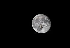 Elicottero da combattimento sui precedenti della luna Immagine Stock Libera da Diritti