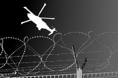 Elicottero dei militari di Barbwire Fotografia Stock