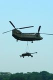 Elicottero del Chinook con artiglieria Underslung Immagine Stock