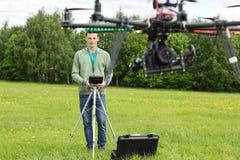 Elicottero del UAV di Flying del tecnico fotografia stock libera da diritti