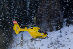 Elicottero dell'aereo ambulanza nelle montagne Fotografia Stock Libera da Diritti