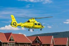Elicottero dell'ambulanza vicino alle case Fotografie Stock