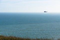 Elicottero della guardia costiera che sorveglia il mare Fotografia Stock Libera da Diritti