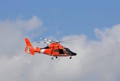 Elicottero della guardia costiera degli Stati Uniti che parte sulla pattuglia Immagini Stock