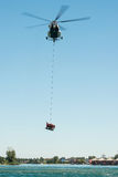 Elicottero di mil Mi-17 che conduce un salvataggio dall'acqua su Senec Sunny Lakes, Slovacchia Immagine Stock Libera da Diritti