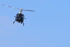 Elicottero di polizia che circonda sopra la fermata di traffico Immagine Stock