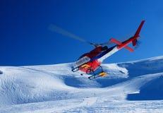 Elicottero di salvataggio che decolla nelle alpi Immagini Stock