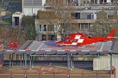 Elicottero e paziente sul tetto dell'ospedale della città di Thun Fotografie Stock Libere da Diritti