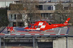 Elicottero e paziente sul tetto dell'ospedale nella città di Thun Fotografie Stock
