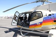 Elicottero leggero monomotoredel carbonio di alta tecnologia per gli imprenditori e le avventure fotografie stock libere da diritti