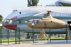 Elicottero merci V-12 (Mi-12) ed elicottero - Mi-1 Immagini Stock