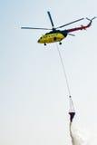 Elicottero MI-8 di salvataggio del fuoco con il secchio di acqua Fotografie Stock Libere da Diritti