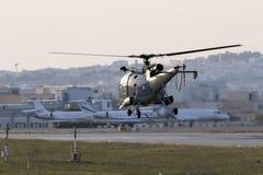 Elicottero militare che decolla nella sera Fotografia Stock