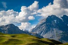 Elicottero nero in volo alle alpi francesi vicino alla montagna grande di Casse fotografia stock libera da diritti
