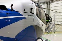 Elicottero privato di lusso parcheggiato nel capannone Immagini Stock