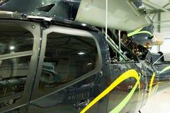 Elicottero privato di lusso parcheggiato nel capannone Fotografie Stock Libere da Diritti