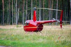 Elicottero Robinson R44 in un prato vicino al airoport di Nida Fotografia Stock