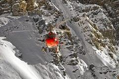 Elicottero rosso alle alpi svizzere Fotografia Stock Libera da Diritti