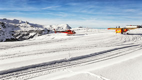Elicottero rosso ed aeroplano giallo all'aerodromo dell'altopiano Fotografie Stock
