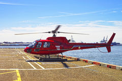 Elicottero rosso sulla piazzola di eliporto in Lower Manhattan a New York Immagine Stock Libera da Diritti