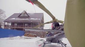 Elicottero in sci che visita casetta snowfall archivi video