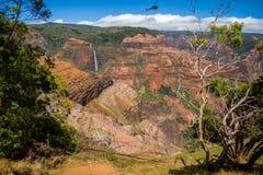 Elicottero sopra il canyon di waimea immagini stock