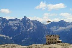 Elicottero sopra l'hotel di refujio nelle alpi Immagine Stock Libera da Diritti