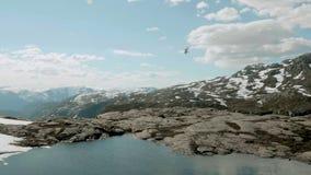 Elicottero sopra le montagne in Norvegia stock footage