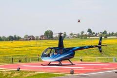 Elicottero sulla piazzola di eliporto Fotografia Stock