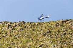 Elicottero vicino alla scogliera, Immagine Stock Libera da Diritti