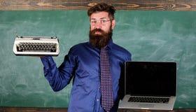 Elija el método de enseñanza correcto Profesor que elige acercamiento de enseñanza Digitaces contra retro Ventaja moderna de las  foto de archivo