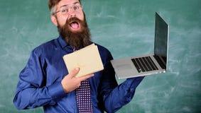 Elija el método de enseñanza correcto Profesor que elige acercamiento moderno de la enseñanza El inconformista barbudo del profes fotografía de archivo